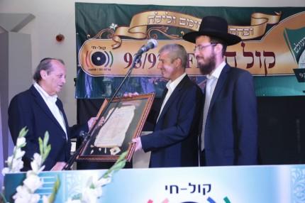 אבי רוזן ומנכל הרדיו עידו ליבוביץ מעניק את תעודת ההוקרה למר יוסף גרינפלד מבעלי הרדיו ויור קבוצת קרדן