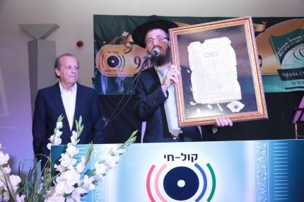 יוסף גרינפלד מקבל תעודת הוקרה מאבי רוזן