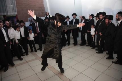 לומדי הדף היומי והרבנים בריקוד עם סיום השס2