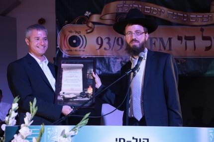 מנהל התוכניות של רדיו קול חי אבי רוזן מעניק תעודת הוקרה למנכל הרדיו עידו ליבוביץ