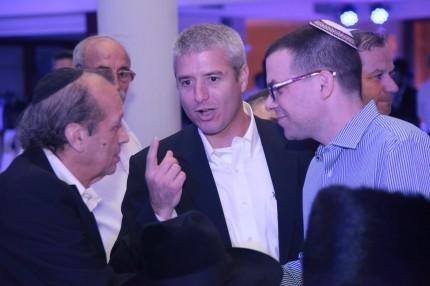 תומר סגיס דובר קוקה קולה עם יוסף גרינפלד ועידו ליבוביץ.