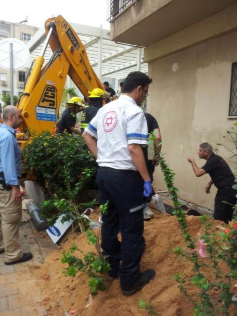 שני פועלים נלכדו בבור ברחוב אסתר המלכה בתל אביב צילום ארז פוגל דוברות מדא 3.12.13 (4)