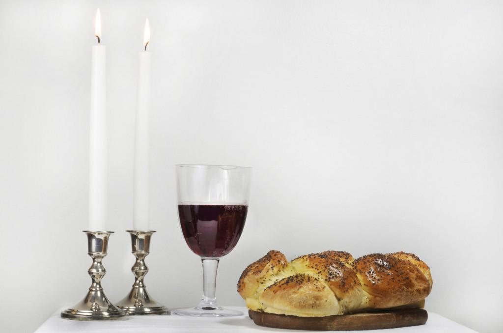 נרות שבת שלחן שבת חלות יין