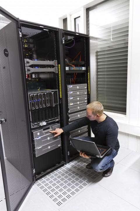 טכנאי טכנולוגיה מחשב שרת