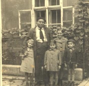 יונה אקשטיין עם 4 ילדים ששהו אצלו במסתור, ברטיסלבה 1942