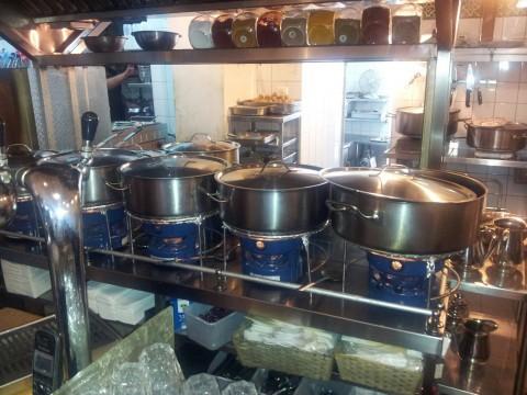 המוציא סירים אוכל מסעדה