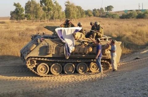 חייל צה''ל צבא טנק פעילי ארגון חוננו מחלקים כרטיסי פק''ל משפטי ללוחמי צה''ל בדרום 3