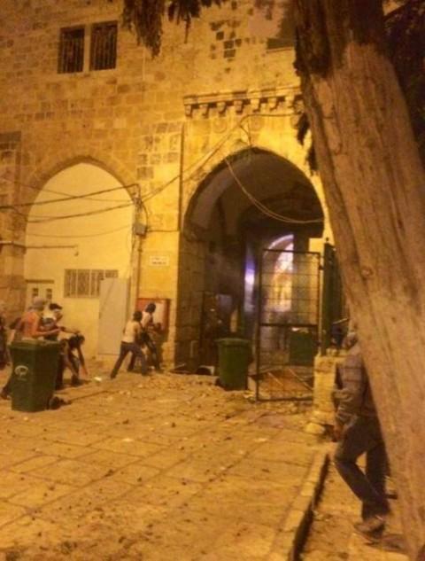 טרור מהומות הר הבית ערבים1 רעולי פנים מתפרעים  על השוטרים בשערי הר הבית