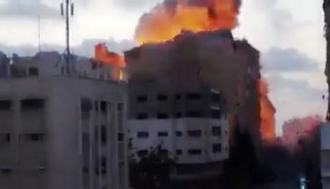 בנין בן 14 קומות הופצץ בעזה
