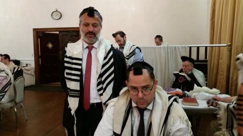 בתפילת שחרית של ראש חודש בבית הכנסת בית ישראל בווסט סייד של מנהטן, עם עמיתי רונן כץ