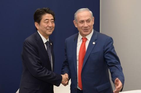 """פגישת ראש הממשלה בנימין נתניהו עם ראש ממשל יפן שינזו אבה בפריז. צילום: עמוס בן גרשום לע""""מ"""