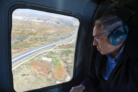 ראש הממשלה צופה ממסוקו בסיור בצומת הגוש