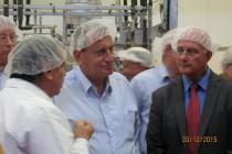 מימין אלי שבירו ראש עיריית אריאל רון חולדאי ראש עיריית תל אביב ויעקב מלאך במפעל אחוה