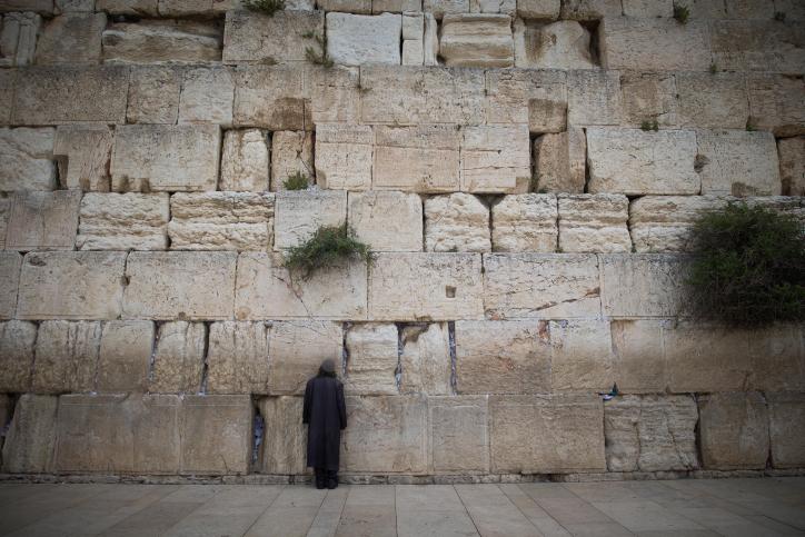 יהודי מתפלל בכותל • אילוסטרציה
