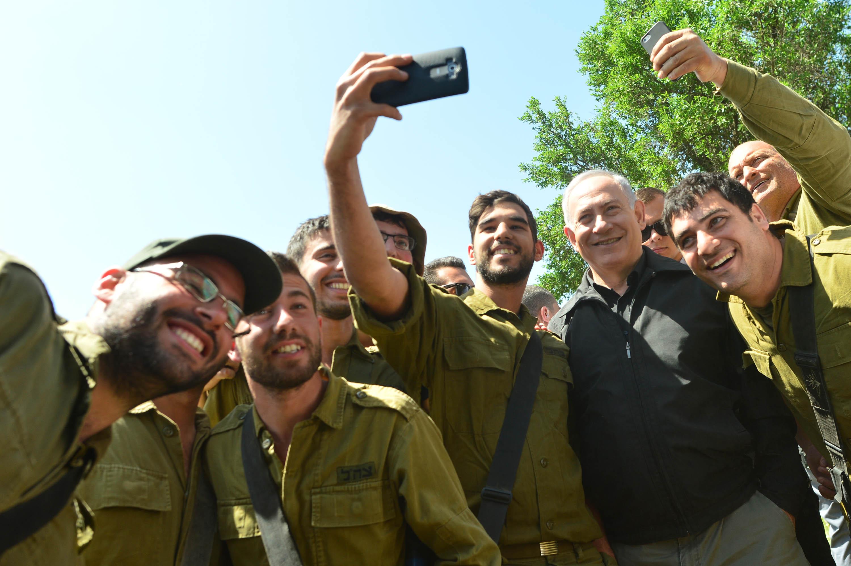 ראש הממשלה בנימין נתניהו בסיור צבאי בצפון הארץ בצילום ראש הממשלה עם חיילי מילואים Photo by Kobi Gideon / GPO
