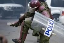 מפגין קניה שוטר