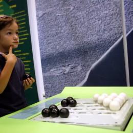 ילד מחשב מהלך בעת משחק • אילוסטרציה