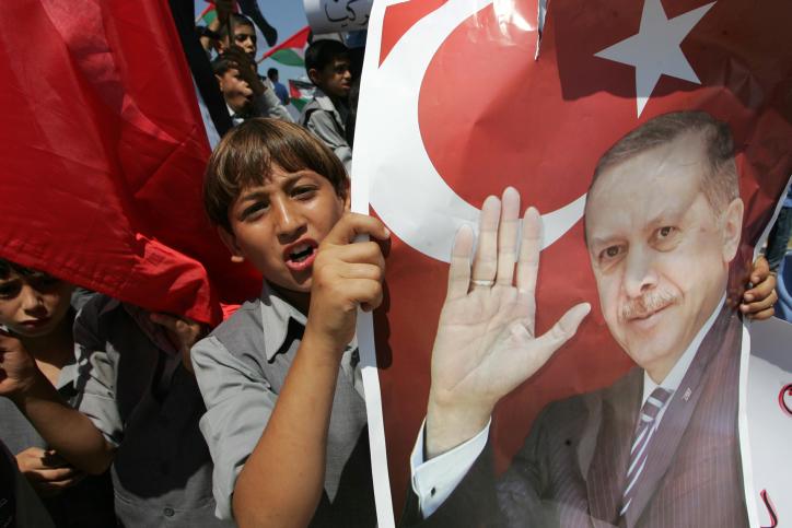 מפגין מחזיק בדגל טורקי