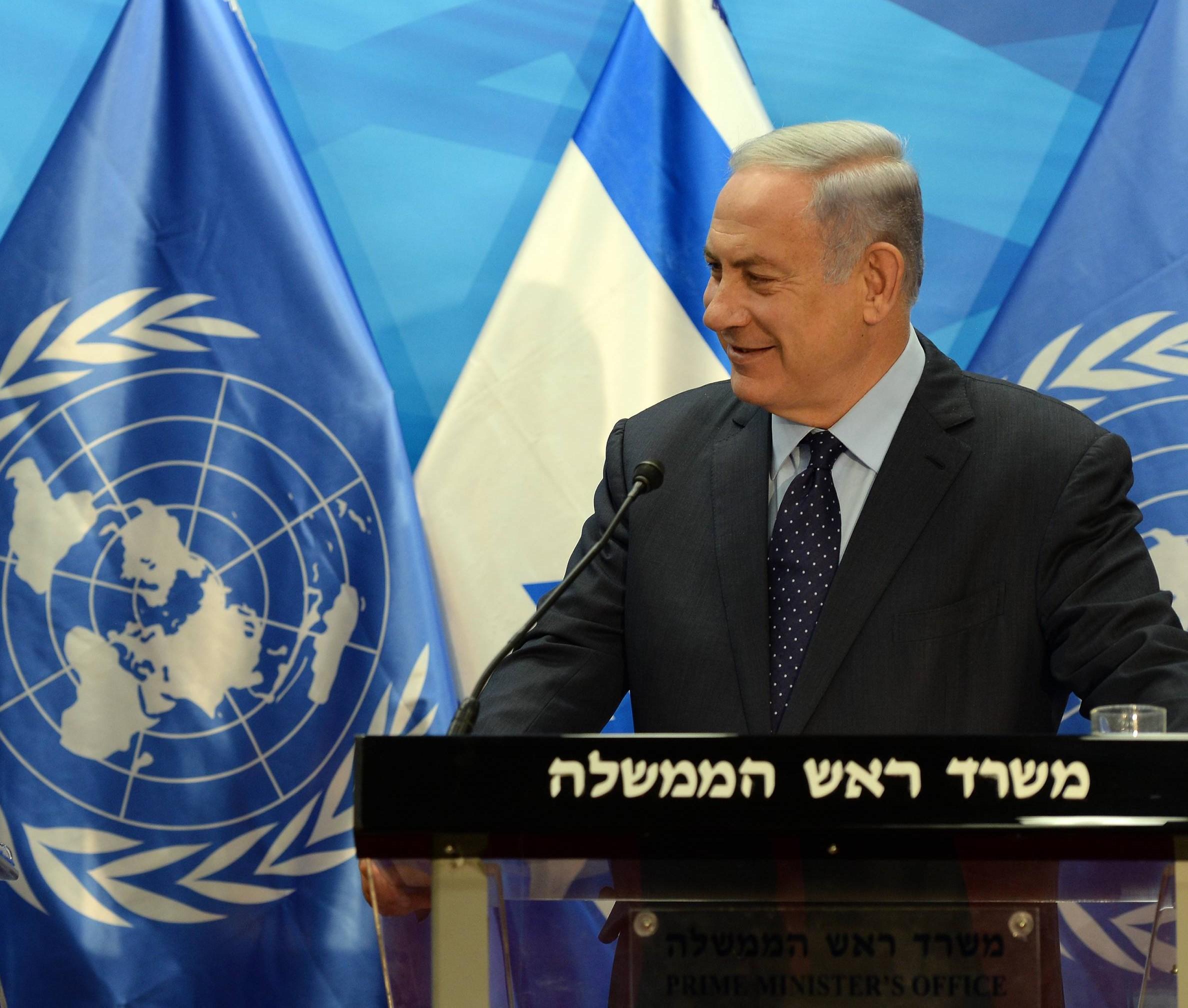 """ראש הממשלה ברקע דגלי ישראל והאו""""ם"""