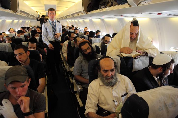 מתפללים בטיסה לאומן בשנה שעברה