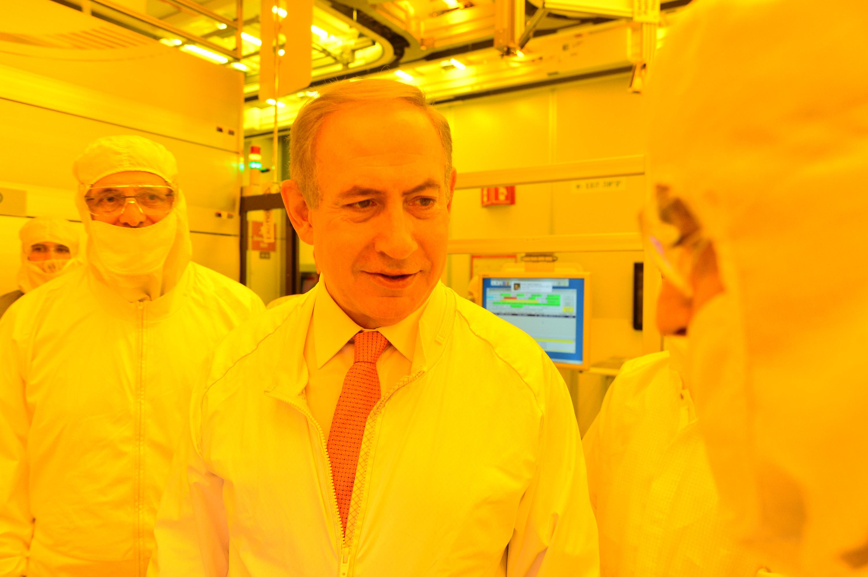 ראש הממשלה בנימין נתניהו  ביקור במפעל אינטל בקריית גת בצילום ראש הממשלה נתניהו מסייר באיזור הייצור Photo by Kobi Gideon / GPO