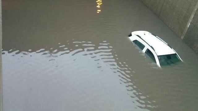 מנהרה רכב גשם