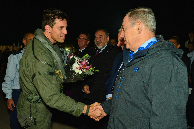 ראש הממשלה בנימין נתניהו  טקס קבלת פנים למטוס הקרב החדש   אדיר F-35 בסיס חיל האויר בנבטים בצילום עם הטייס האמריקאי שהטיס את המטוס לישראל Photo by Kobi Gideon / GPO