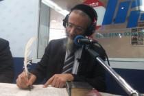 הרב מיכאל לסרי בעת כתיבת האותיות