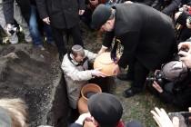 הרבנים שודריך ובלום קוברים את כדים עם סת