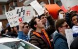 תלמידי הישיבה מפגינים