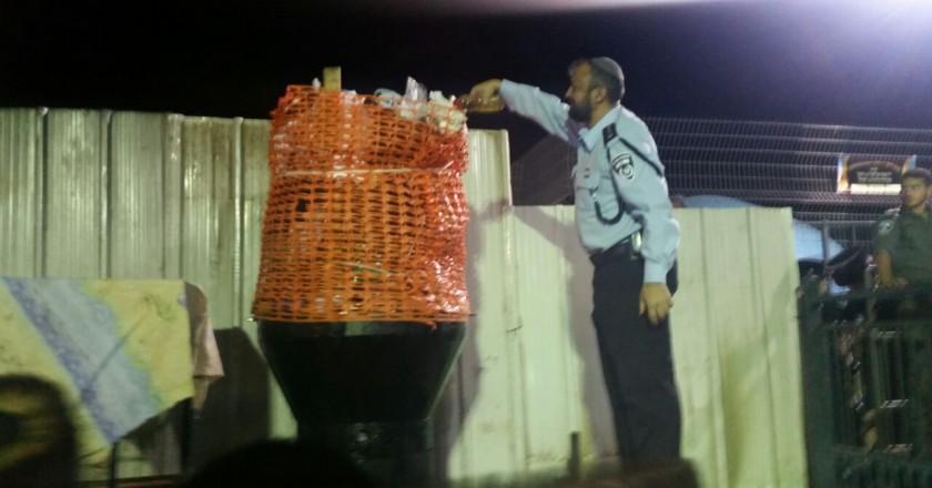 רב המשטרה, הרב רמי ברכיהו בעת יציקת שמן למדורת באיאן