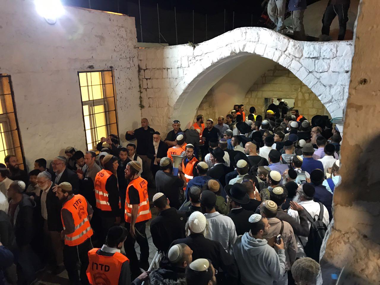 """מתפללים בקבר יוסף הצדיק זיע""""א"""