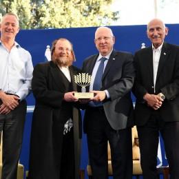 הנשיא, הרב אברמן וחברי וועדת האות