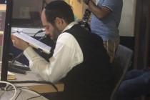 אהרן רזאל לומד באולפן