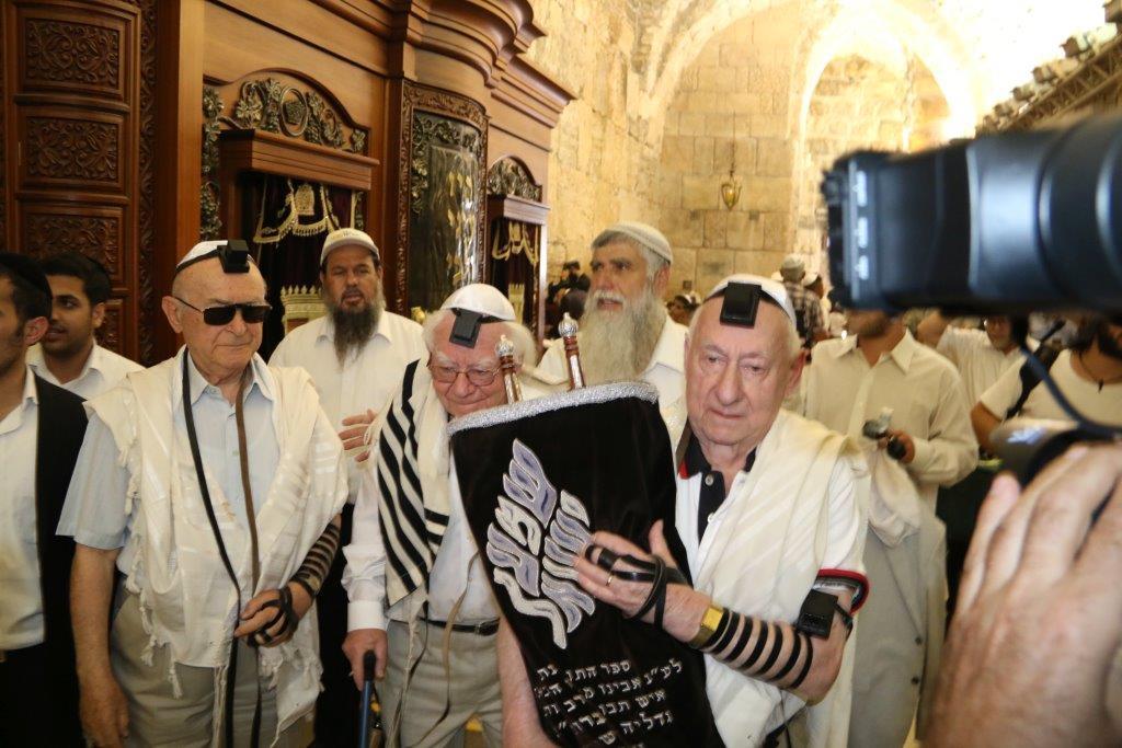הניצולים בעת הוצאת ספר תורה ברחבת הכותל המערבי