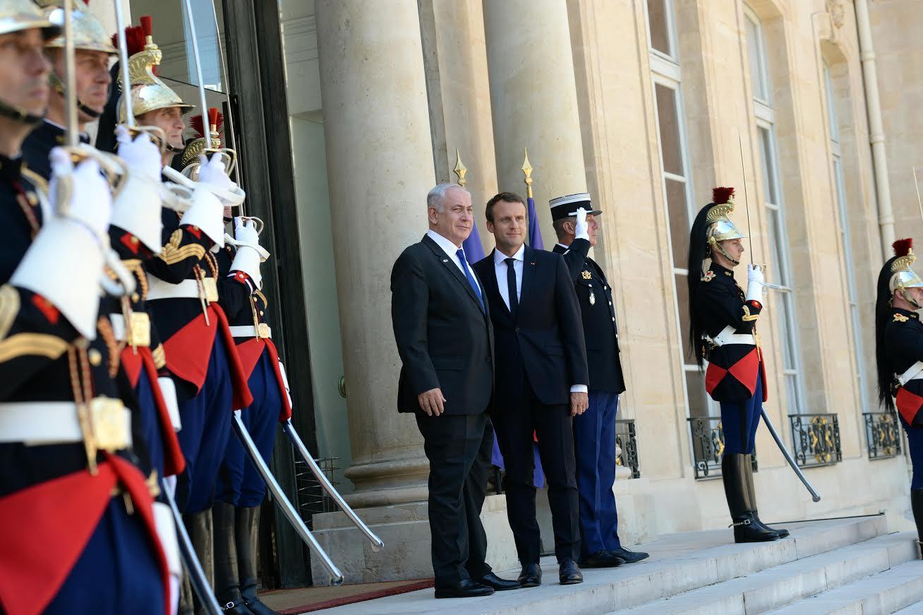 ראש הממשלה ונשיא צרפת בפתח הארמון הנשיאותי