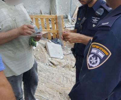 השוטרים בעת בדיקת תעודות פועלים