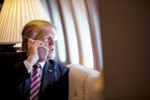 טראמפ בטלפון