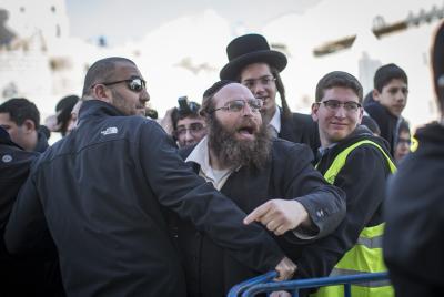 """יהודים כואבים אל מול """"תפילת"""" נשות הפרובוקציה"""