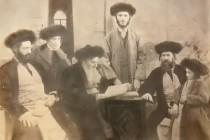 ארבע דורות של משפחת סלונים בחברון. במרכז - הרב מרדכי דב סלונים, יושב בשמאל התמונה - הרב יעקב יוסף סלונים, לידו עומד - הנער אליעזר דן