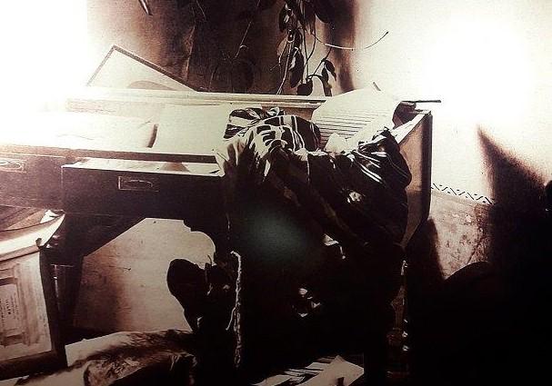 בית סלונים לאחר הטבח. השתייכותו לאצולת חסידות חב'ד לא מנעה מאליעזר דן סלונים להציב בביתו את תמונת הרצל (1) - עותק