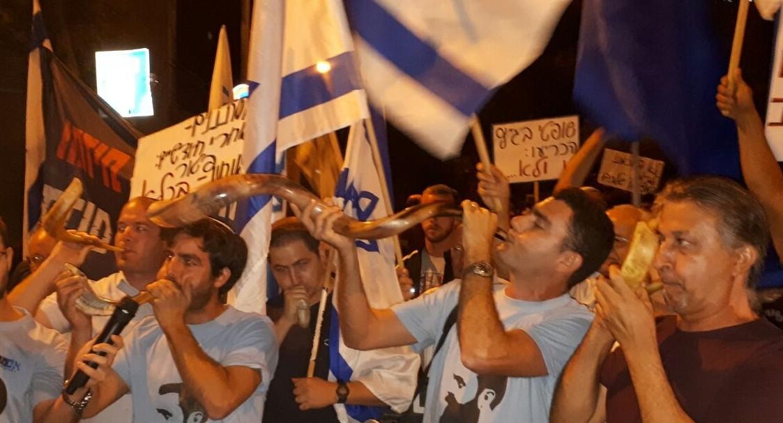 המפגינים תוקעים בשופרות