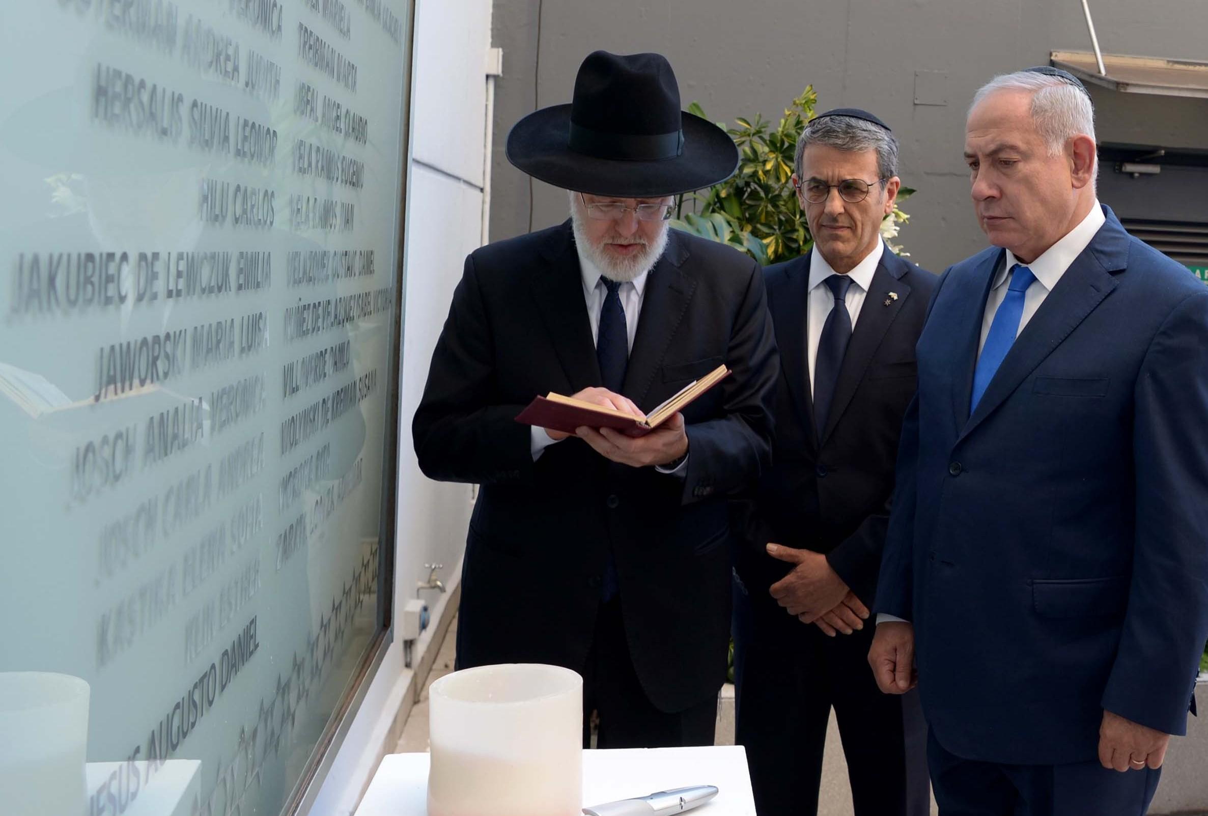 הרב דוידוביץ' לצד ראש המממשלה בביקור בארגנטינה