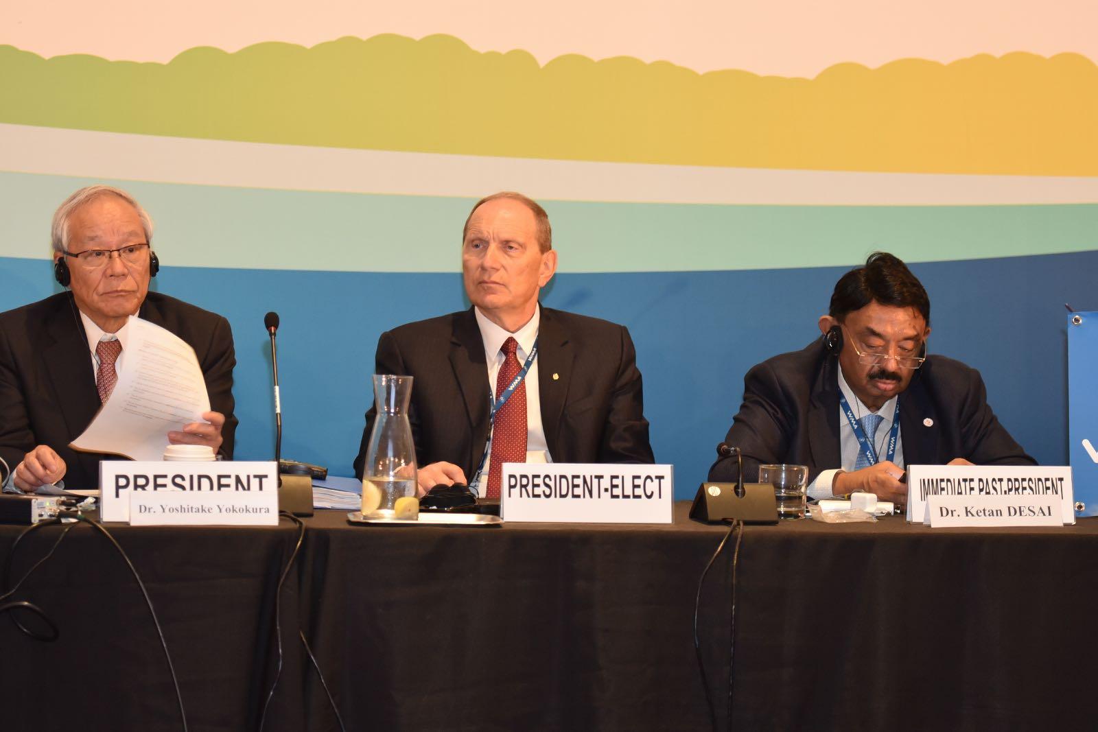 אידלמן (במרכז) ונציגי מדינות נוספות
