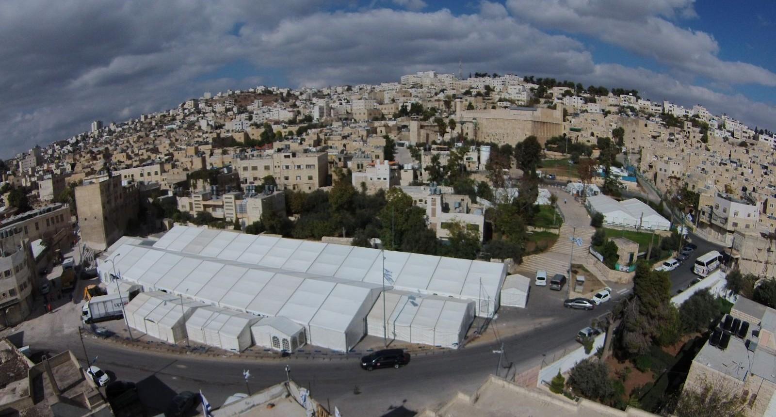 האוהלים שהוקמו בסמוך למערה