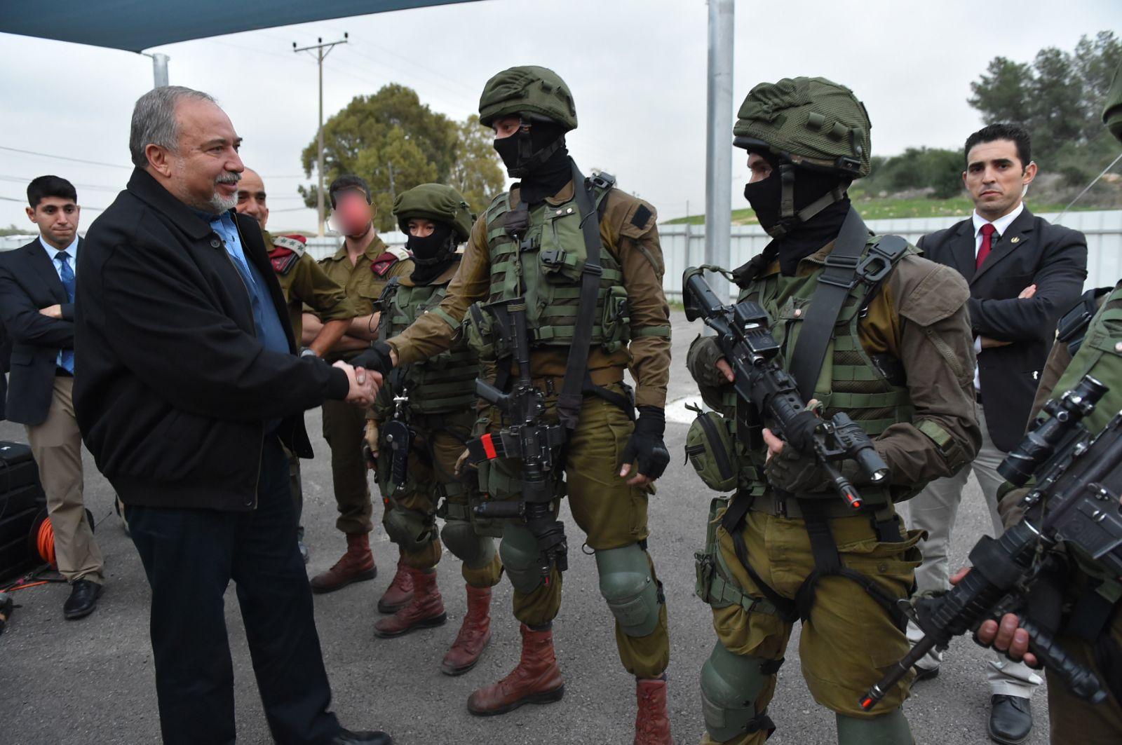אביגדור ליברמן, חיילים