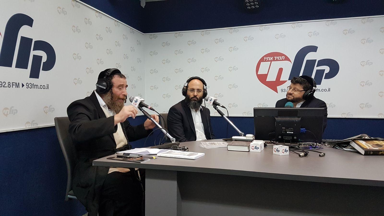 """חיים ולדר, הרב מרדכי בלוי והרב יעקב רוזנשטיין, באולפן """"קול חי"""""""