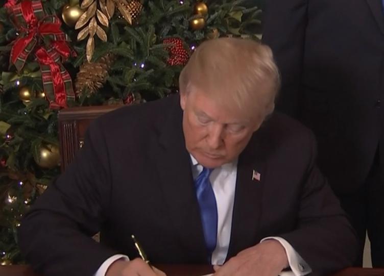 טראמפ חותם על ההצהרה