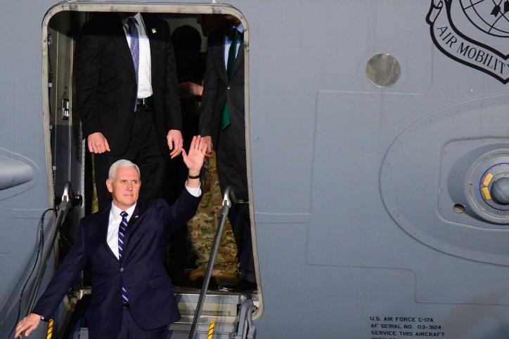 סגן הנשיא פנס בנחיתתו בארץ