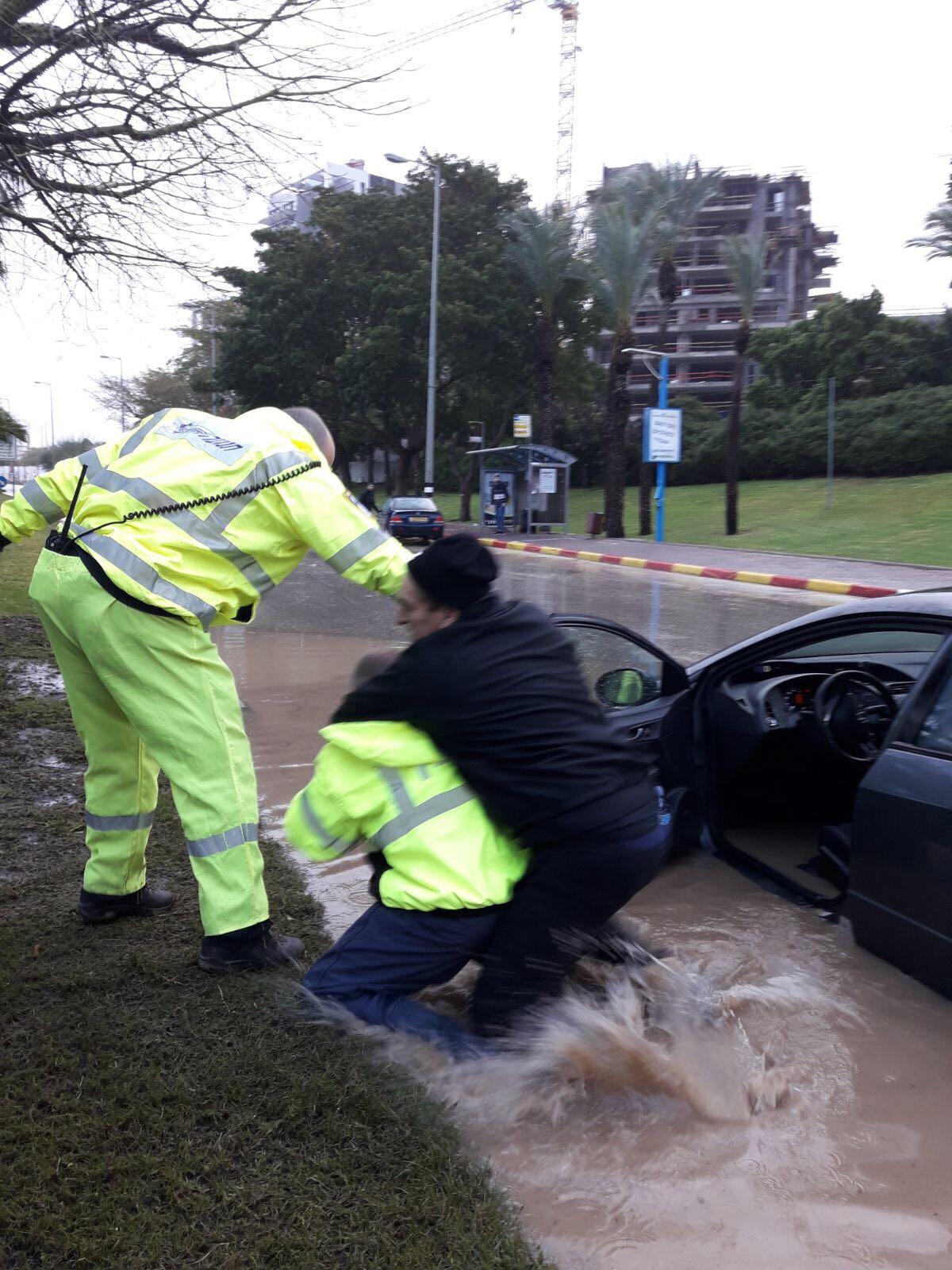 שוטרים חילוץ